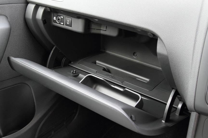 グローブボックスに書類用ポケット(写真中)やペンホルダー、小物入れと、助手席エアバッグのON/OFFや空気圧センサーの設定スイッチがある。また開閉可能なエアコンからの送風口もある