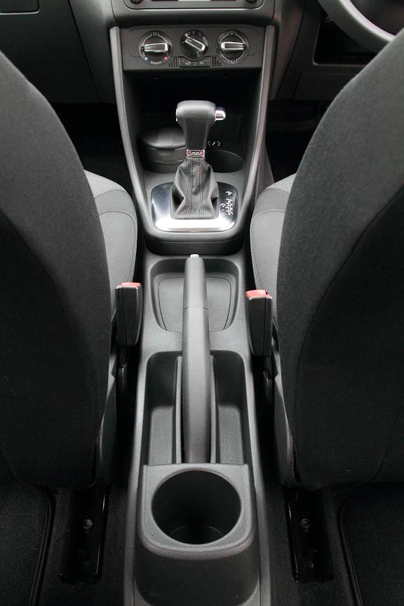 後席には3人分のヘッドレストと3点式シートベルト。カップホルダーはセンターコンソールに1つ