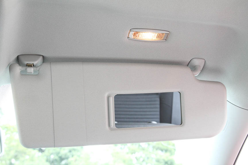 左右サンバイザーには照明付きバニティーミラー