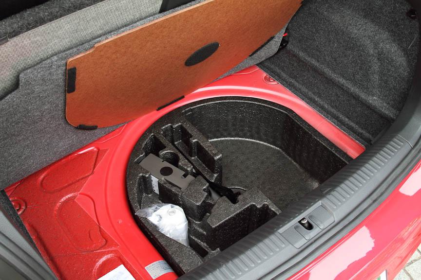 ラゲッジルームの下にスペアタイヤはなく、パンク修理キットを積む