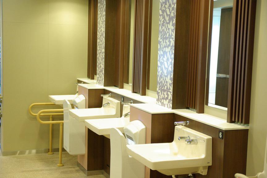 特に力を入れたと言うトイレの改修では、全大便器の約8割に洋式便所を採用。洋式便所のすべてを暖房洗浄便座とした。また、トイレ内の段差解消、子供用トイレや、パウダーコーナーを新設する。女子トイレには、洗面所、パウダーコーナー、男児コーナー、多目的トイレを装備
