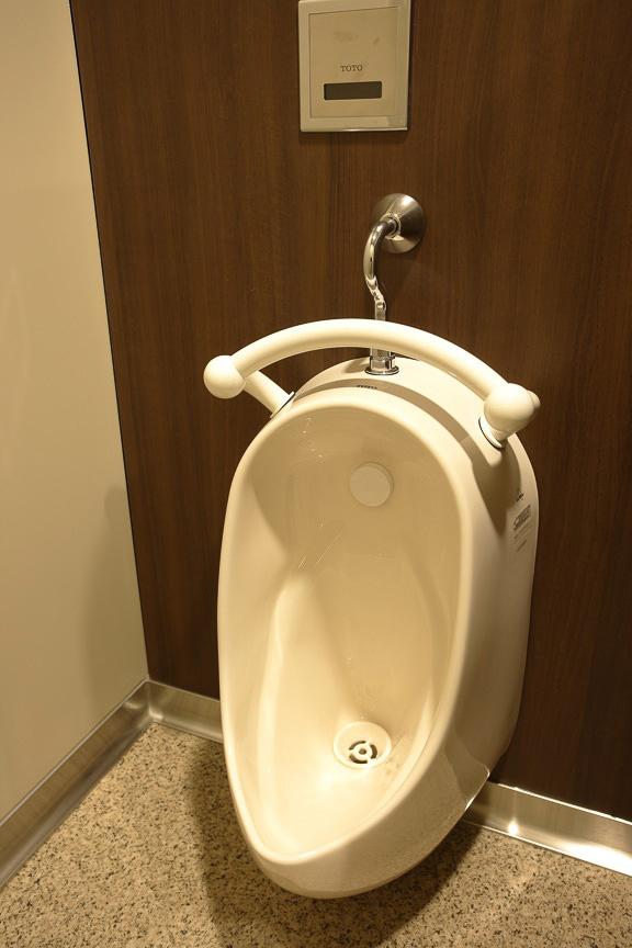 男子トイレは、洗面所、多目的トイレを装備