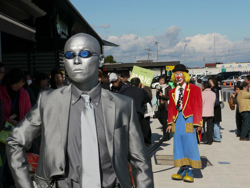 パフォーマーたちが来場者に混じり、ちょっと変わったパフォーマンスを振る舞っていた。初めての週末となる、11月21日(土)~23日(月・祝)の3日間は、人気キャラクター「ケロロ軍曹」「仮面ライダー電王」「ヤッターマン1号・2号」による握手会・撮影会などが行われる予定