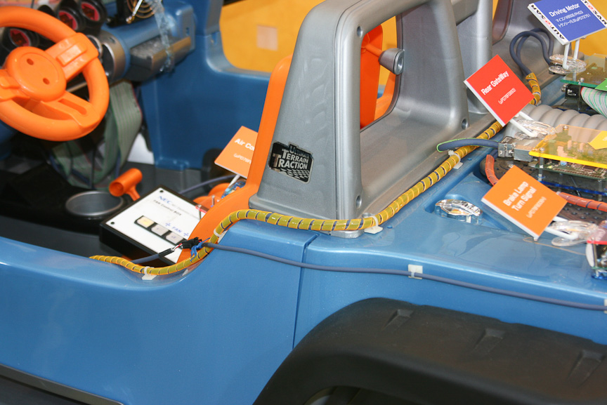 NECエレクトロニクスの車載LANのデモ。従来のケーブルに比べると、より少ないケーブルで車載エレクトロニクスを制御できるようになる