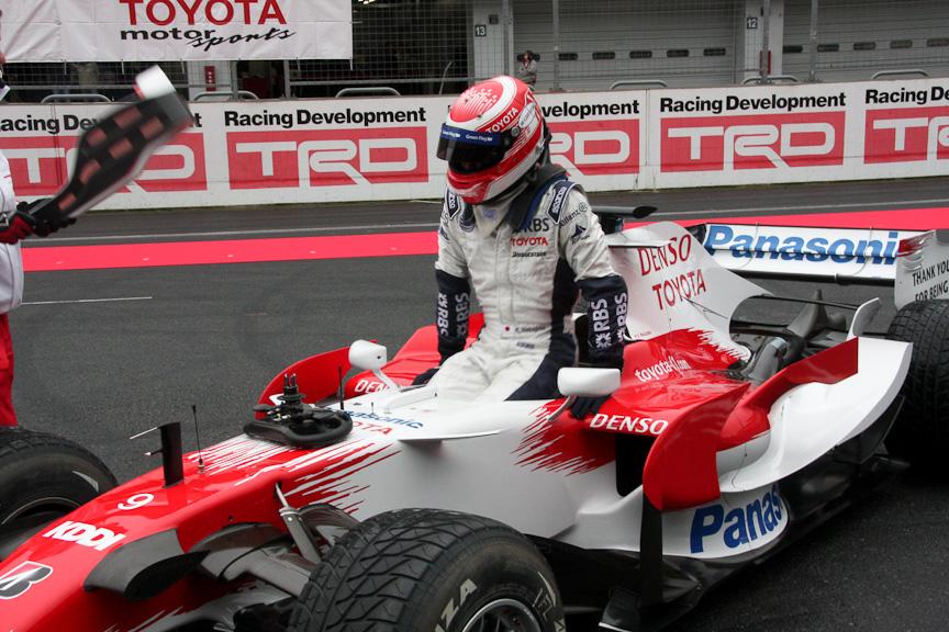 中嶋一貴選手はTF108で登場。レーシングスーツとマシンカラーのミスマッチが新鮮だ