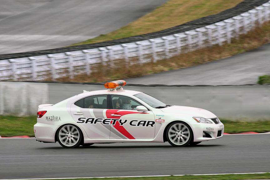 トゥルーリ選手が運転するIS F。同乗しているのは抽選で当選したラッキーな来場者