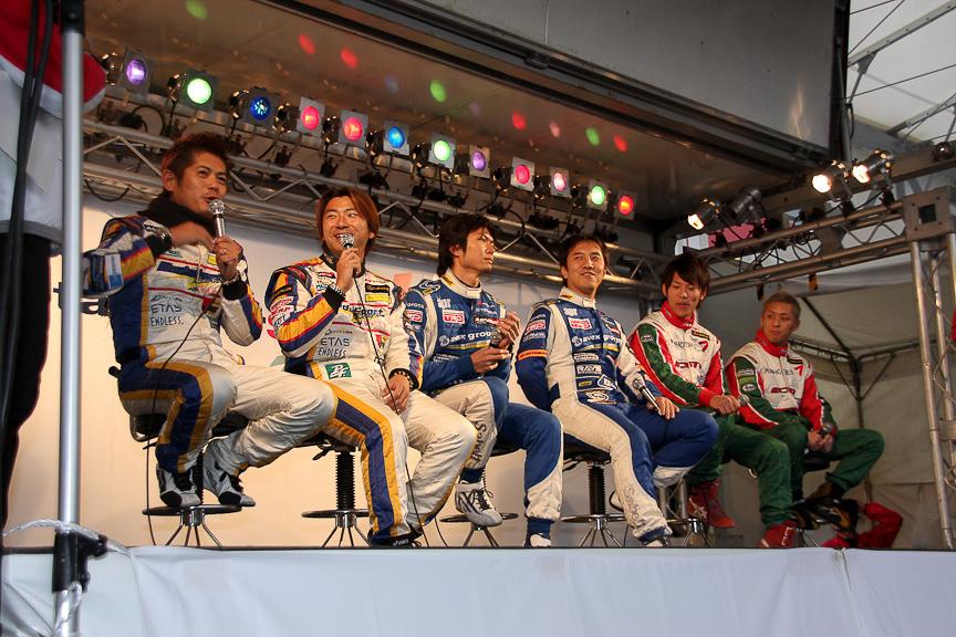 最初に行われた「GT300ドライバートークショー」の様子。多くのファンが詰めかけた