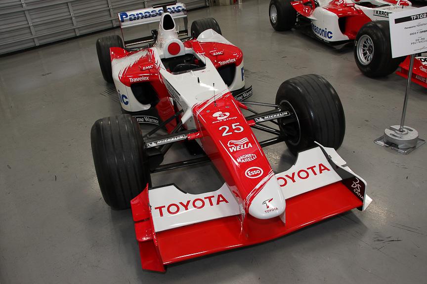 ガレージで展示された過去のF1カーの内、最も古いTF102。ミカ・サロとアラン・マクニッシュがドライブ