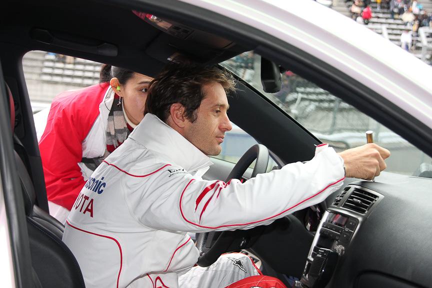 サーキットタクシーのドライバーを努めた後にダッシュボードにサインをするトゥルーリ選手