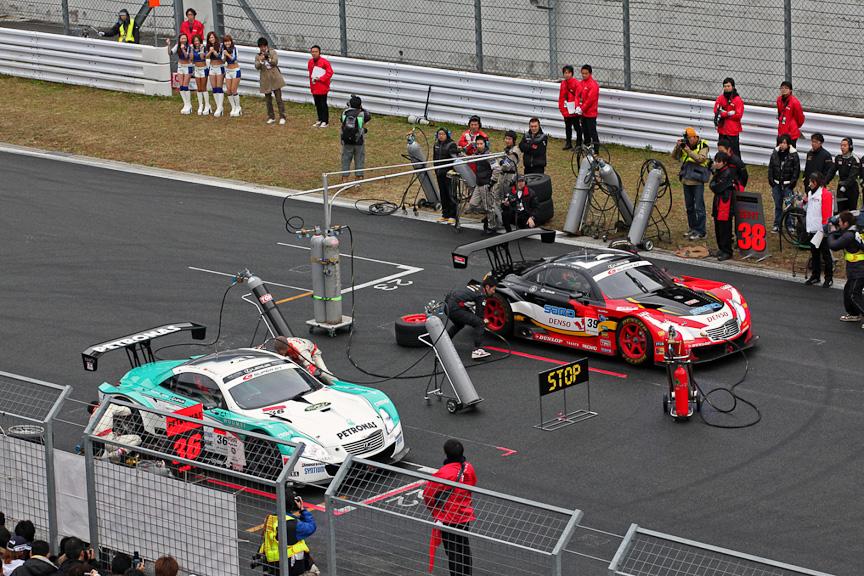 SUPER GT ピットインチャレンジの様子。1対1で、どちらのチームのタイヤ交換が速いかを競う