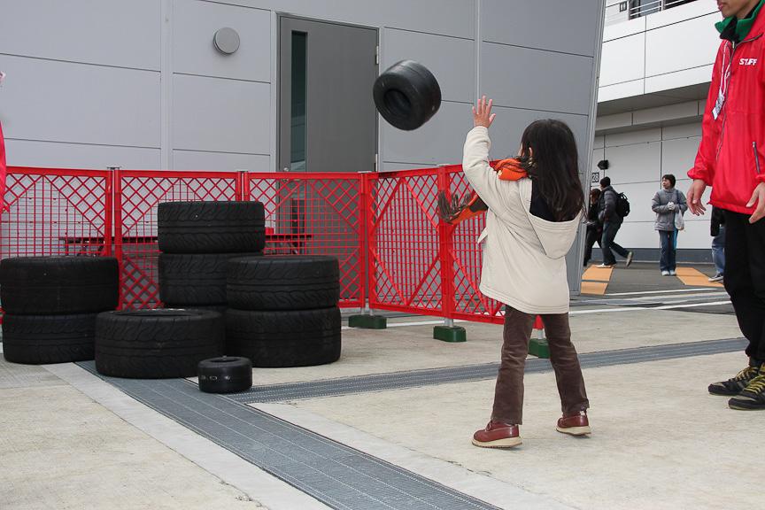 タイヤターゲットの様子。カート用タイヤを、通常のタイヤで作ったターゲットに投げ入れる内容
