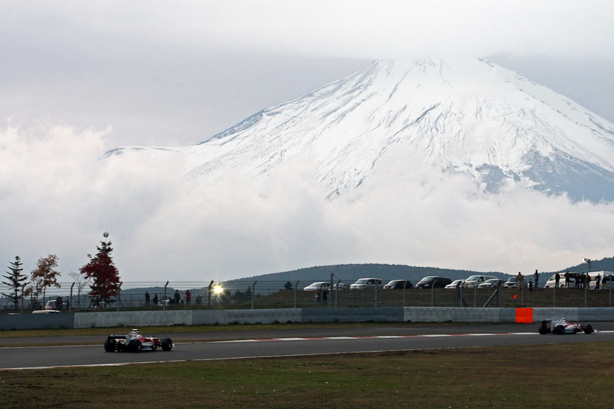 富士山をバックに走る2台のトヨタF1カー。これが本当の見納め