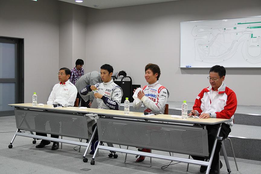 記者会見の様子。左から高橋氏、中嶋選手、小林選手、今井氏
