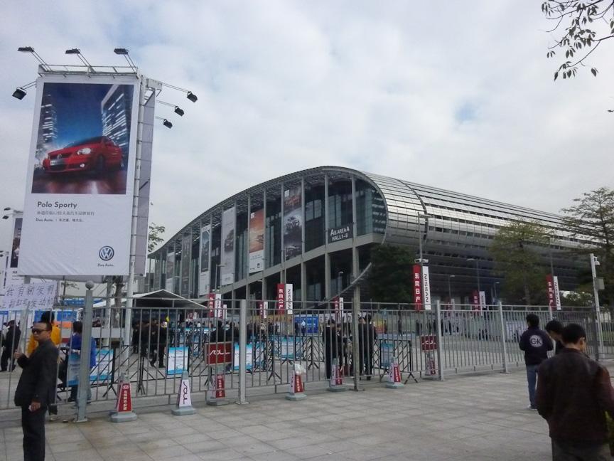 広州モーターショーの会場となった中国進出口商品交易会館。23日は朝早くから世界中のメディア関係者が大勢訪れた