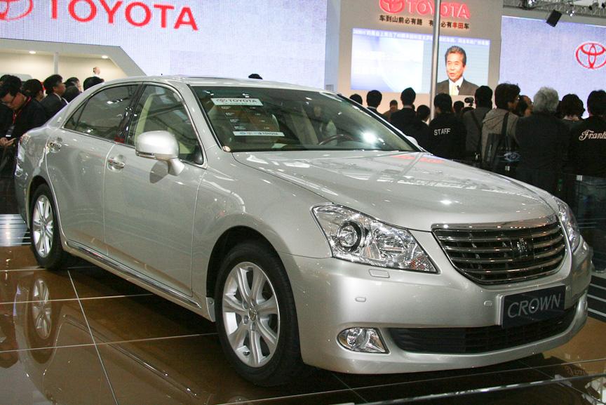 会場の中心に置かれた新型「クラウン」。富裕層の多い広州だけに、トヨタの高級車として高い関心を呼んでいた