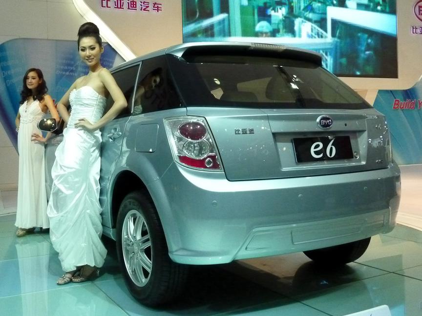 バッテリーのベンチャー企業から出発したBYDが年内の量産化を発表した電気自動車「e6」。1回の充電で航続距離は約400kmを達成していると言う