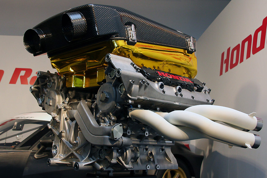 エンジンはフォーミュラ・ニッポンのエンジンをGTに最適化したもの。SUPER GTでは吸気制限により高回転が狙えないので、トルクを重視したと言う