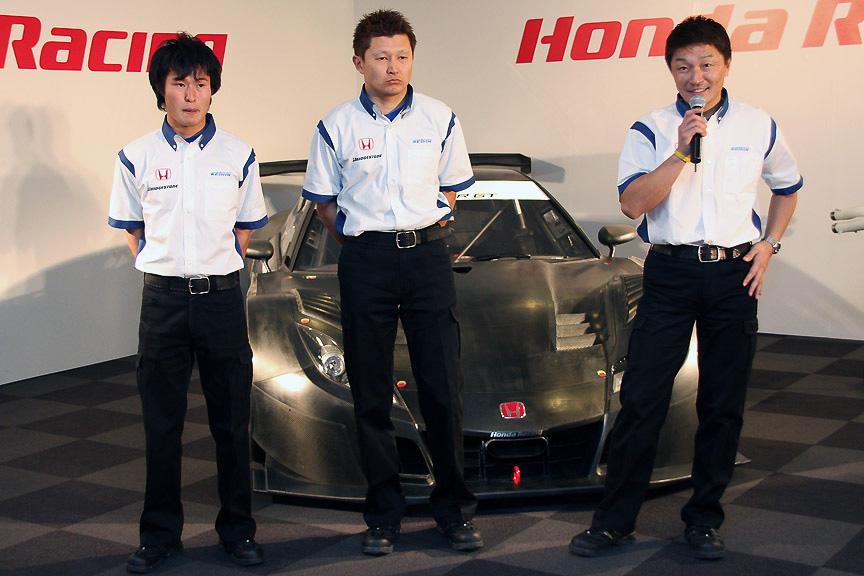 リアルレーシング、右から金石勝智監督、金石年弘選手、塚越広大選手
