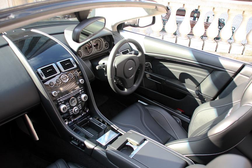 会場の外に同社のフラッグシップスポーツカー「DBS」のオープンモデル「DBSヴォランテ」も展示