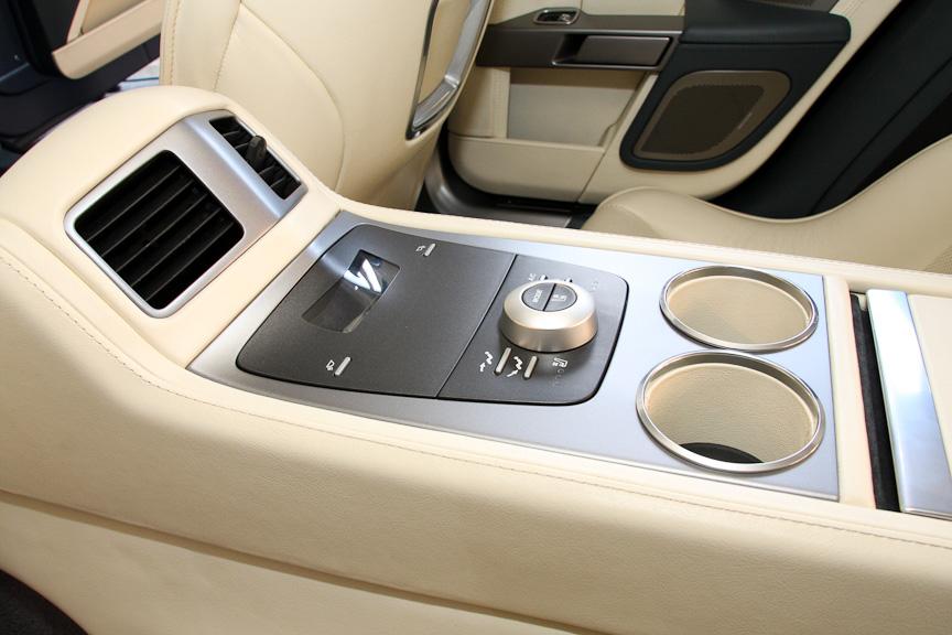リアシート中央にもセンターコンソール。エアコンやシートヒーターの調節が可能。カップホルダーは2個