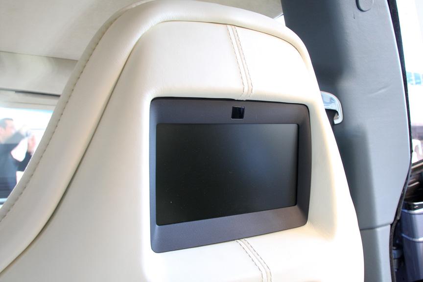 オプションのリアシートエンターテイメントシステムを選択すると、前席ヘッドレスト後部にモニターが装備される