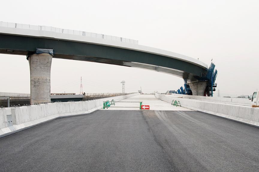 まだ開通していない圏央道本線の先まで進んでいく