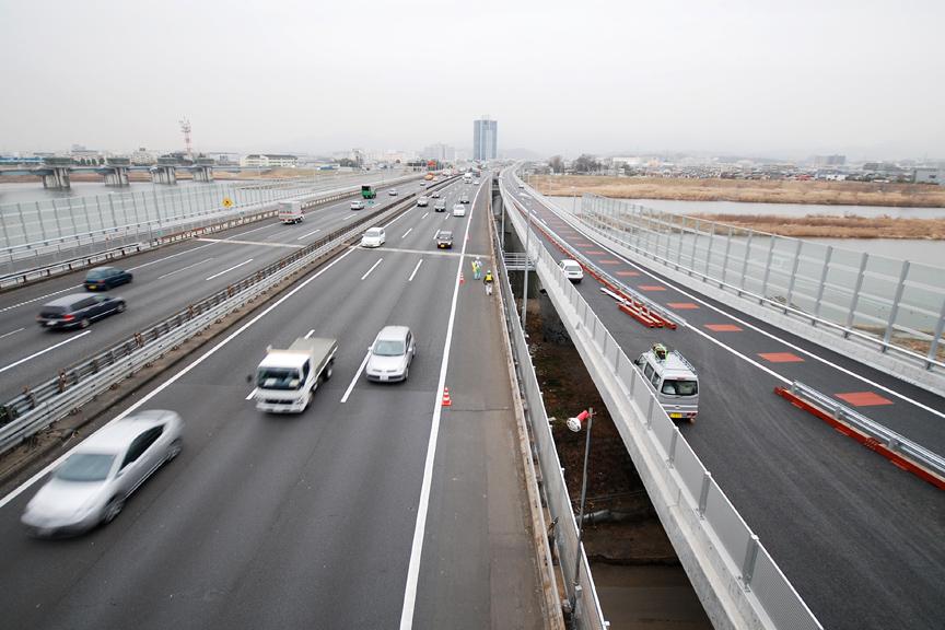 圏央道本線から東名高速の名古屋方面を見る。写真右端の工事中の道路が、厚木ICから海老名JCTへの専用連絡路