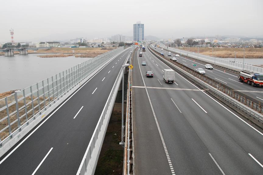左に見えるのが圏央道から東名高速下りに合流するための連絡路