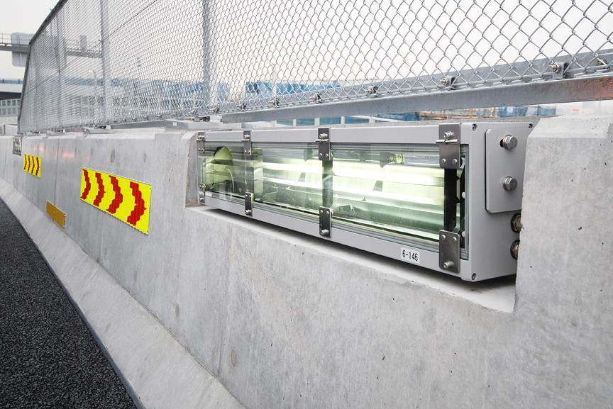海老名JCTに設置された高輝度LED採用の低位置照明。高輝度LEDは明るく、ドライバーが眩惑しないように配慮したとのこと