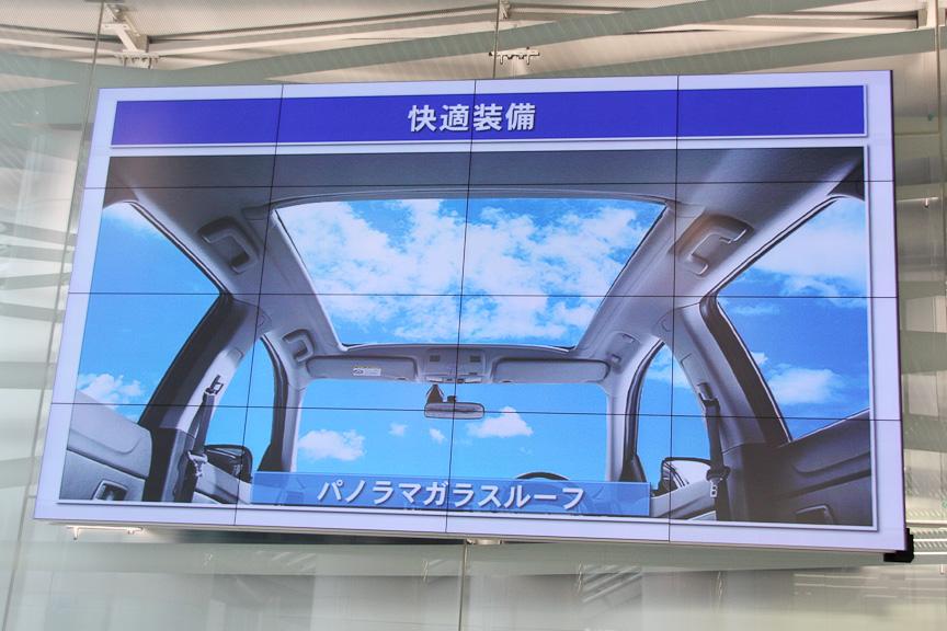 パノラマガラスルーフのサイズは954×860mm(縦×横)。UVカットガラスを採用する。開口部の左右にアンバー色のLEDを装備