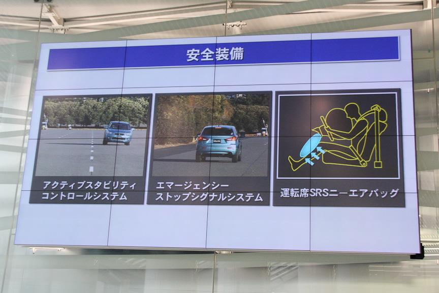 安全装備も多数備える。運転席にはSRSニーエアバッグも