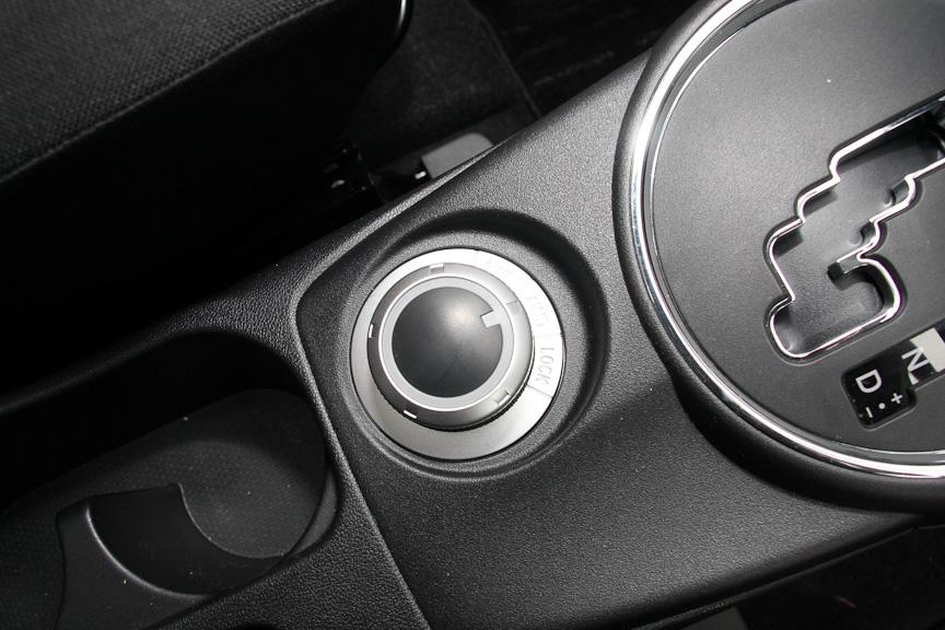 ドライブモードセレクターにより、より燃費を重視する「2WDモード」、適切な4WD制御を行う「4WDモード」、4WDモードよりもさらに後輪への駆動力配分を増やし、悪路でも高い走破性を発揮すると言う「4WDロック」モードのセレクトが可能