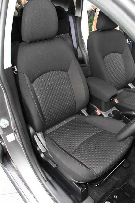 前後シート。リアシートのシートバックは2段階のリクライニングと前倒し機構を備える