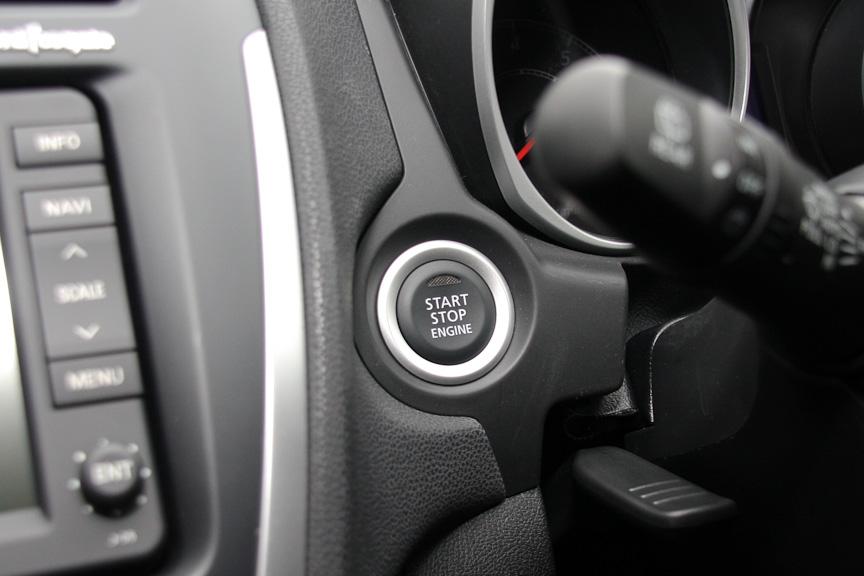 エンジンのON/OFFはプッシュ式のスタートボタンで行う