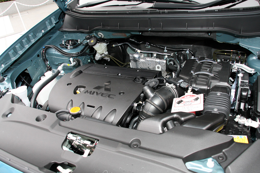 可変バルブタイミング機構MIVECを搭載する直列4気筒DOHC 1.8リッターエンジン