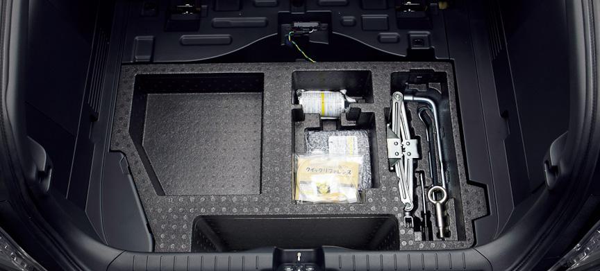 ラゲッジルームアンダーボックス。パンク修理用工具なども収納される