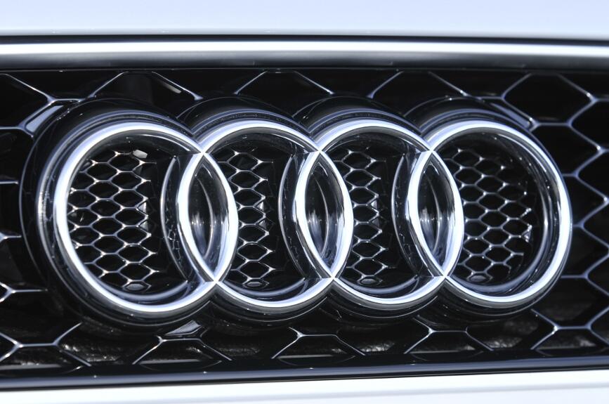 ハニカム形状のフロントグリルにはTT RSのバッヂが取り付けられる