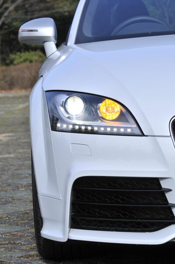 ヘッドライトはプロジェクタータイプのバイキセノンで、自動的に進行方向に向くアダプティブヘッドライト。ターンシグナルはライトの内側に装備。ポジショニングランプは白色LEDでライトの下にラインを引く最近のアウディのデザインに沿ったもの
