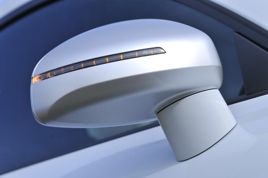 フロントから見えるターンシグナルはヘッドライト内とサイドミラーに装備する