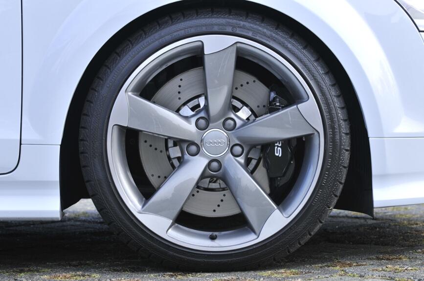 タイヤは前後とも255/35 ZR19。ホイールはチタンルックタイプ。フロントの19インチホイールから「RS」のマークのある対向4ピストンキャリパーが覗く