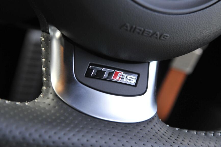 ステアリングホイールの下部には「TT RS」のロゴが配置される