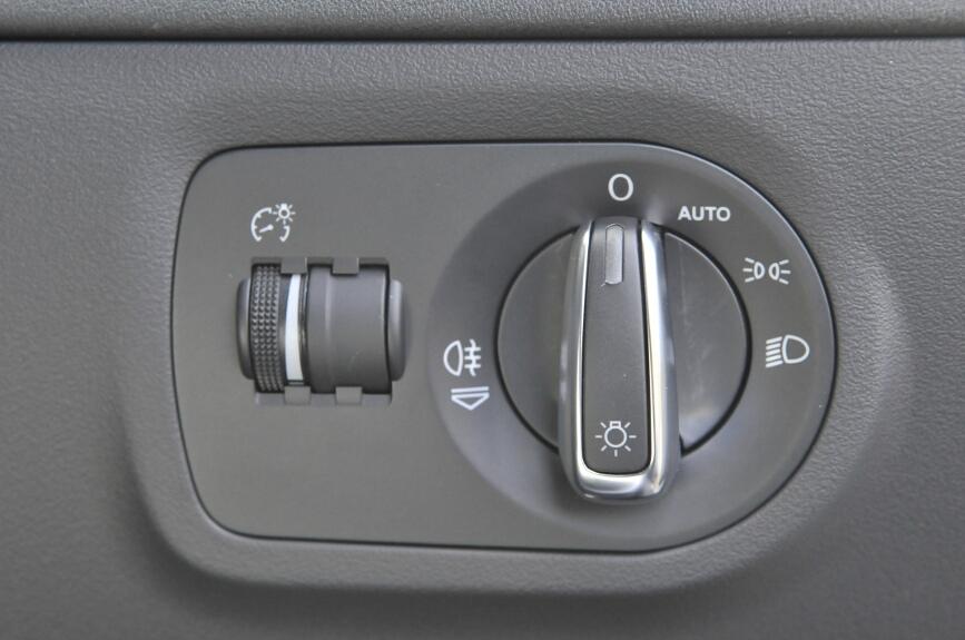 ヘッドライトはオートポジション付き。ライトを点灯させた時点で手前に引くとリアフォグが点灯する。ダイヤルはメーター照明の照度で、光軸調整はオートなのでない。エンジンをかけた際に光軸が上下する演出付き