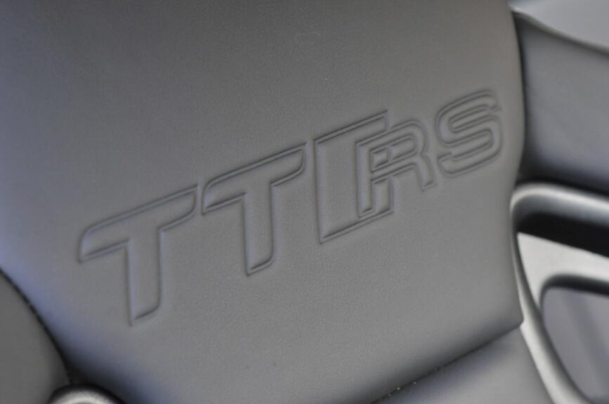 背もたれ部分にはTT RSのエンボス加工がある