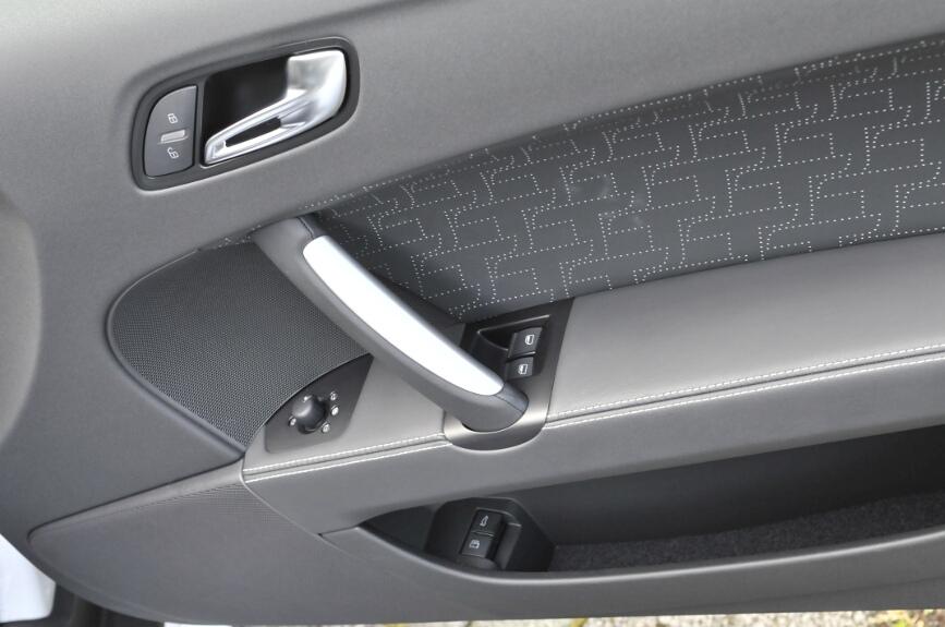 ドアは大きな角度まで開くアウディ流。運転席ドアにはパワーウインドーとサイドミラーのリモコンのほか、1段下にはリアゲートとフューエルリッドのオープナーがある