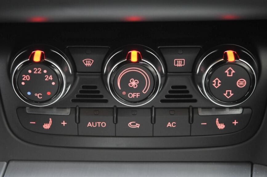 エアコン操作パネルはライトをつけるとアンバーに点灯する。シートヒーターも装備する