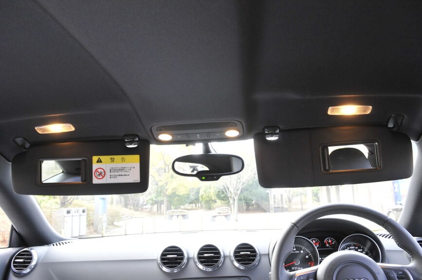 ルームライトは中央に2灯。ドア連動またはマップランプとして点灯可能。バイザーを立ててミラーの扉を開けると天井のライトも点灯する