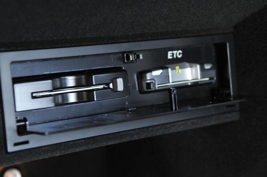 グローブボックス内にはiPodのコネクター、ETC、地上デジタル放送のB-CASカード挿入口がある