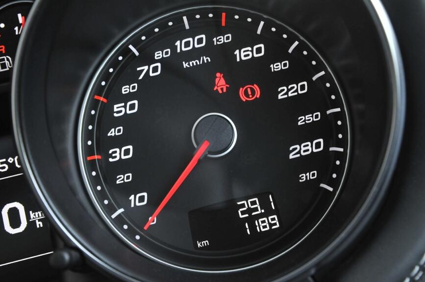 メーターは310km/hまで刻まれるが250km/hでリミッターが作動。70km/hから100km/hの間で目盛り間隔が変化する