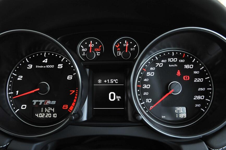 タコメーターが左、スピードメーターが右。タコメーターにはTT RSのロゴが付く。中央の液晶ディスプレイはDIS(ドライバーインフォメーションシステム)。さまざまな情報を表示できる