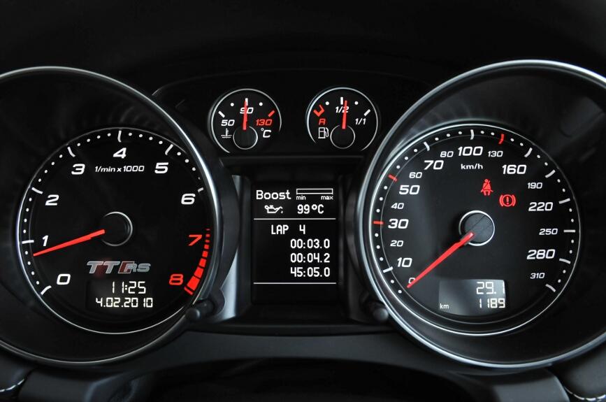 ターボブースト圧、油温、タイムラップを表示できる。操作は右のコラムレバー